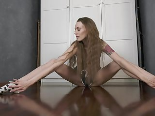 Beautiful gymnast May Fiesta does the splits with an increment of masturbates pussy